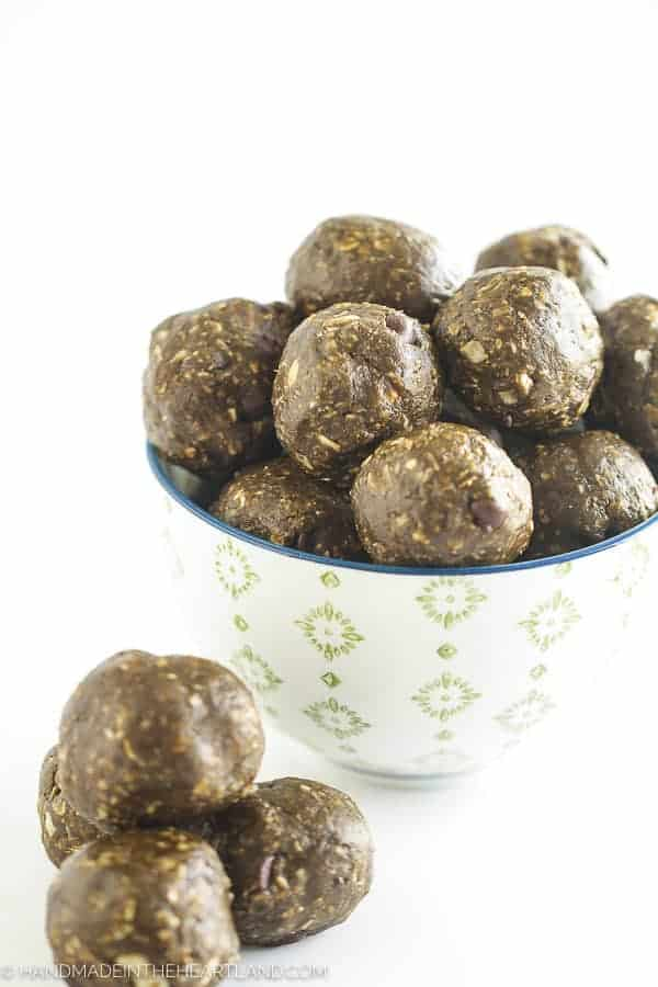 easy to make energy bites with peanut butter, chocolate, greens, superfoods and coconut